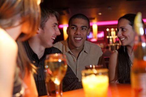 """3- Erkek arkadaşlarıyla içmeye çıktığı gece turlarında, her zaman itiraf ettiğinden üç tane fazla bira içtiği, hatta gece kulübünde yeni arkadaşlar edindiğini. Tabii bu """"yeni ve eğlenceli arkadaşların"""" çok güzel kızlar olduğunu!  4- Sizinle beraber dans dersine gitmemesinin sebebi olarak sakat dizini göstermesinin tamamen bir bahane olduğu ve aslında dizinde hiçbir sakatlık olmadığını."""